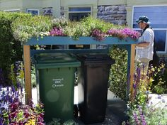 great idea for wheelie bin storage shelter Tolle Idee für Mülltonnenlager Small Gardens, Outdoor Gardens, Bin Store Garden, Terrace House Exterior, Hide Trash Cans, Side Garden, Garden Structures, Plantation, Storage Bins
