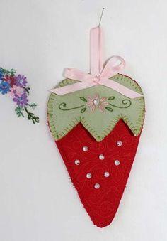 Beautiful Strawberry Scissor Keep from Red Brolly--free pdf pattern