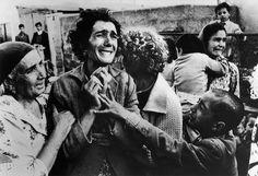 """Instaurado en el año 1955, el concurso """"World Press Photo""""cumple 60 años, convirtiéndose en uno de los premios más prestigiosos del fotoperiodismo junto con el """"Pulitzer"""". Repasamos su historia con algunas de las fotografías premiadas. 1955. Un corredor se cae de su moto durante una carrera en Randers, Dinamarca. 1956. Un prisionero alemán de la Segunda Guerra Mundial se reencuentra con su hija. 1957. Dorothy Counts, se convierte en la primera alumna de color del Insti..."""