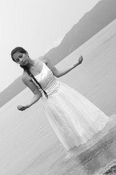 """""""La Diosa del Lago"""".  Cada día llora por su amado y sale de las aguas para buscarlo por todas partes."""