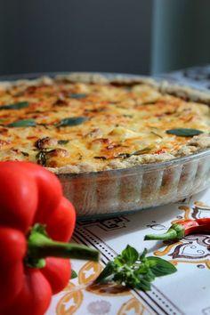Herkullinen ja ruokaisa piirakka jauhelihalla, paprikalla ja suussa sulavalla Koskenlaskija juustolla.