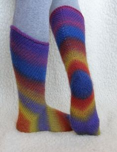 un mod interesant de a tricota ciorapi an interesting way to knit socks Crochet Socks, Knitted Slippers, Slipper Socks, Knitting Socks, Free Knitting, Knit Crochet, Knit Socks, Leg Warmers, Handicraft