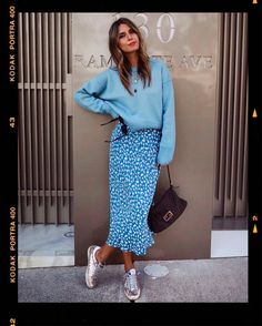 Kuscheliger Pullover mit Midirock und Turnschuhen – Outfits for Work – Cuddly sweater with midi skirt and sneakers – Outfits for Work – Look Fashion, Spring Fashion, Autumn Fashion, Womens Fashion, Fashion Trends, Blue Fashion, Nordic Fashion, Spring Ootd, Fashion Tips