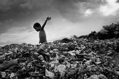 Tutte le stampe fotografiche hanno qualità comuni. E sono queste qualità che, oltre a formare la grammatica visiva che definisce il significato dell'immagine, determinano il modo in cui la realtà davanti all'apparecchio fotografico viene trasformata in una fotografia. CORSO DI BASE DI REPORTAGE FOTOGRAFICO con PIERPAOLO MITTICA. Pierpaolo Mittica (2010), Raccoglitore di rifiuti mentre vola sulla spazzatura, discarica di Demra Matoel, Dhaka, Bangladesh. Dalla serie Piccoli Schiavi.