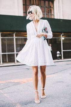 Une robe blanche ajourée à col en V