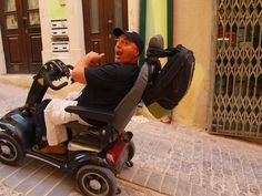Mi amigo @asaltodemata no para... Coimbra with wheelchair.