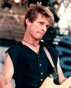 Mike Dirnt!! He looks so young XD