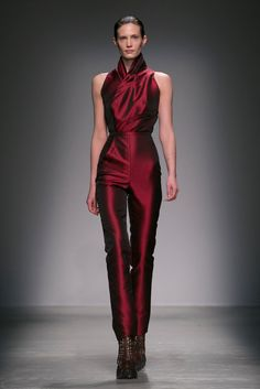 A crimson bodysuit with an origami-like neck | Iris van Herpen Fall 2015  (Photo: Nowfashion)