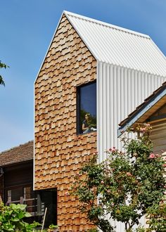 Tower house is an extension and modernization project of a weatherboard house completed by Melbourne-based Andrew Maynard Architects. Architecture Metal, Residential Architecture, Classical Architecture, Wall Exterior, Exterior Cladding, Isolation Facade, Weatherboard House, Tower House, Timber Cladding