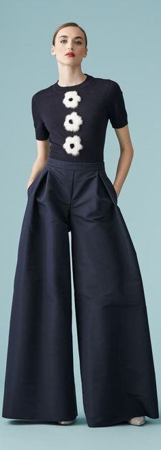 Carolina Herrera Resort 2017 Collection / Wide leg trousers are fabulous Love the trousers Fashion 2018, I Love Fashion, Passion For Fashion, Spring Fashion, High Fashion, Fashion Looks, Womens Fashion, Fashion Design, Fashion Black