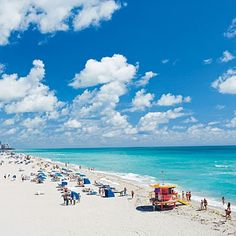 Los turistas disfrutan de las cálidas aguas del Atlántico bajo el sol radiante. Placeres que puedes vivir en #MiamiBeach.