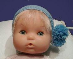 Sí Quieres hacer un gorro para tu nenuco y no sabes como aquí tienes un tutorial donde te lo explicamos todo. GORRITO DE NENUCO ... Bitty Baby, Doll Patterns, Knit Patterns, Baby Born, American Girl, Baby Dolls, Doll Clothes, Wraps, Diy Crafts