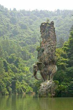 Elefante tallado en la roca en la India