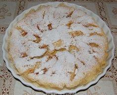 Torta di mele al microonde sfornata e cosparsa di zucchero a velo