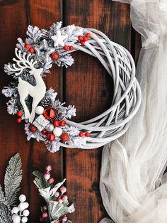 Handmade Christmas Decorations, Xmas Decorations, Woodland Christmas, Christmas Holidays, Alternative Christmas Tree, Homemade Christmas Gifts, Christmas Paintings, Diy Wreath, Holiday Wreaths