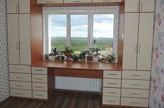 Szekrény az ablak körül, kényelem és helytakarékosság a szobában, tetszik neked ez az ötlet