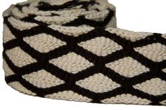 Wayuu belt from Colombia. Wear tied or with a lace through buckle (this item is not included.) Product Features: - Color: White to off-white, black - Pattern: Grid and Diamond - Materials: Dyed cotton Crochet Men, Crochet Hooks, Geometric Patterns, Yoga Symbole, Tapestry Crochet Patterns, Tapestry Bag, Boho Bags, Loom Weaving, Black Pattern