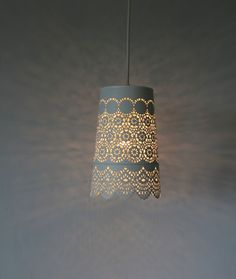 Lace Upcycled da rainha Anne Pendurado luminária por BootsNGus