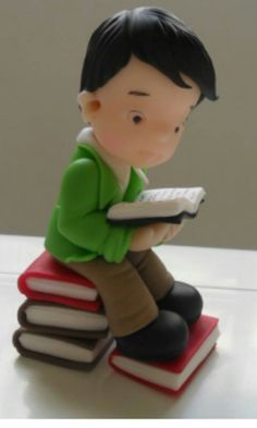 porcelana fria biscuit socorro brito little boy sitting on pile of books Polymer Clay Figures, Polymer Clay Animals, Polymer Clay Dolls, Hobbies And Crafts, Diy And Crafts, Fondant People, Cake Models, Fondant Rose, Clay Baby