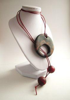 Collier atypique en pâte polymère marron / rouge et cordon en cuir rouge : Collier par mix-mania