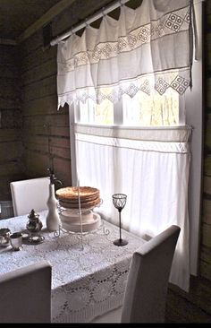 Summer cottage kitchen / Love the curtain and the table cloth (crochet) Cozy Cottage, Cottage Homes, Cottage Style, Vintage Curtains, Decoration Inspiration, Shabby Chic Kitchen, Log Homes, Stores, Scandinavian Design