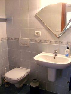 Liebevoll und funktionell gestaltetes Badezimmer mit ausreichend Ablagen. Sink, Cleaning, Business, Vehicle, Automobile, Google Search, Car, Home Decor, Beige