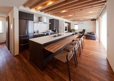 アイランドキッチンにはテーブルが収納されている。