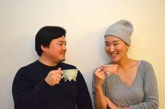 「茶太郎」こと松村太郎さん(左)と、豆央こと河邉未央さん(右)  「サードウェーブコーヒー」と呼ばれるムーブメントを聞いたことはありますか? 今、その発祥の地であるアメリカのみならず、日本でも注目を集めている新しいコーヒーカルチャーです。  このムーブメントの一大発信地として知られるサンフランシスコから、日本へと情報を届け続けているのが、松村太郎さん・河邉未央さんご夫婦です。「茶太郎豆央」というユニット名で活動するふたりは、書籍の出版などを通して、今や日米のコーヒーシーンで広く知られる存在です。  今回は茶太郎豆央のおふたりに、これまでの活動とそれを通して感じたサードウェーブコーヒーの魅力を語って頂きました。  サードウェーブコーヒーとは?  茶太郎豆央のふたりの詳しい話を聞く前に、まずはサードウェーブコーヒーが生まれた背景を知るところからスタートしてみましょう。  一般的に、コーヒーの流通・消費のスタイルにはこれまで2度の大きな変化があったと言われています。…