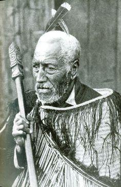 An old Maori chief of Aotearoa (New Zealand) holding what I think is a taiaha (spear/club). Maori Tattoos, Ta Moko Tattoo, Maori Tattoo Designs, Face Tattoos, Small Quote Tattoos, Small Tattoos With Meaning, Cute Small Tattoos, Maori Tribe, Polynesian People