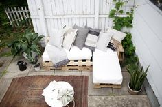 sew cushions Wood pallet couch on patio with white cushions and throw pillows. - This article will show you the steps, materials and tools you need to create an L-shaped couch using pallet wood and how to make no sew cushions. Pallet Garden Furniture, Lawn Furniture, Reclaimed Wood Furniture, Rustic Furniture, Furniture Making, Home Furniture, Outdoor Furniture, Pallets Garden, Furniture Plans