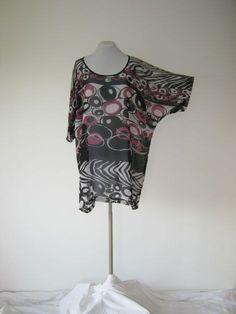 dieses shirt/poncho ist lässig und schick  ideal zum zipfellook und für große größen    durch den weich fließenden fall darf es ruhig oversize sein