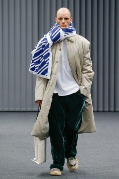 Demna Gvasalia presented his Fall/Winter 2017 collection for Balenciaga during Paris Fashion Week. Fashion Week, Fashion 2017, Runway Fashion, Fashion Brands, Winter Fashion, Fashion Show, Mens Fashion, Paris Fashion, Men's Collection