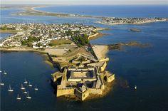 La citadelle de Port-Louis fut lélément principal de la défense de la rade de Lorient au XVIIIe siècle. Cest dans ce site, admirablement préservé, que le musée national de la Marine présente une belle collection dembarcations, darmes et de modèles historiques.