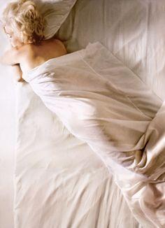 Marilyn Monroe photographed by Douglas Kirkland, 1961  #bed