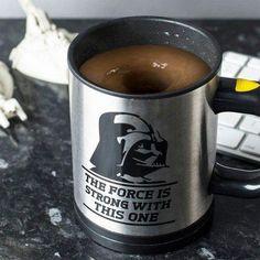 Eine selbstrührende Star Wars Tasse ist nicht nur praktisch, sondern auch richtig cool. Rühren wie von Zauberhand. Das Geschenk für Star Wars Fans.