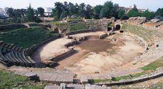 """Anfiteatro de Mérida """"Fue inaugurado en el año 8 a. C. y se encuentra ubicado junto al teatro, aprovechando la colina del cerro de San Albín. Hay un foso cruciforme en el centro de la arena."""""""