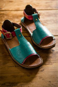 Learn to make your own beautiful leather sandals, click through to find out more!