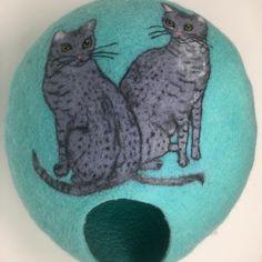 """Ivana Šťastná na Instagramu: """"Plstěný pelišek pro dvě Egyptske kočičky. Felted cave for egyptian mau cats#egyptianmaucat #мокроеваляние #wetfelting #plsteni…"""""""