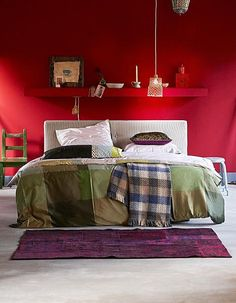 Jeu de couleurs dans la chambre / Coloured bedroom with red wall, green &…