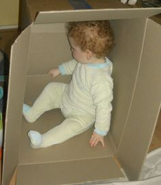 Bébé adore s'amuser dans un carton