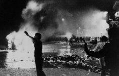 Os jornais anunciam: Paris está queimando. Um carro incendiado na Rive Gauche foi um dos resultados do combate entre os jovens nas barricada...