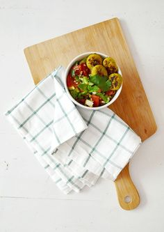 Yes, het is nu echt lente! Dat betekent ook dat het weer tijd is voor frisse salades. De laatste tijd maak ik vaak bulgursalades, zoals deze typische Oosterse bulgursalade met tomaat en framboos, of de 'gele' bulgursalade met kip, mango, avocado en gerookte kikkererwten. Bulgur heeft net wat meer bite en smaak dan bijvoorbeeld quinoa, … Lees verder Recept: frisse bulgursalade met falafel »