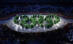 Vanderlei Cordeiro acende pira e abre Olimpíada em festa de beleza e alegria