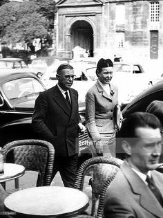 Simone de Beauvoir (1908-1986) avec Jean-Paul Sartre a Saint Germain des Pres, vers 1955-1960. Writers Simone de Beauvoir and Jean Paul Sartre in Saint Germain des Pres in Paris, late 1950s.