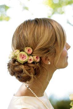 Tocados para novias 2013: Estos capullos de colores fueron el complemento de un chignon entrelazado