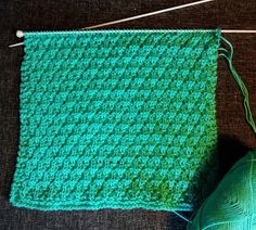 Cast on 60 stitches. Knit 4 rows and then pattern. Remember to start and end all rows with 2 k. When the dish cloth has the desired len. Dishcloth Knitting Patterns, Loom Knitting, Drops Design, Drops Baby, Bind Off, Diy Presents, Crochet Stitch, Washing Clothes, Tejidos
