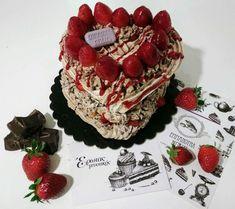 Choco Pavlova stracciatella Μαρέγκα με κανονική σοκολάτα, κρέμα στρατσιατέλλα και φράουλες Meringue with real chocolate (not cacao), stracciatella cream and strawberries #bezelicious #pavlova #chocopavlova #stracciatella #strawberries #meringues