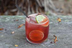 Красный чай коктейль – это прекрасный напиток на основе каркаде, золотого рома, малинового ликера, апельсинового ликера гран марнье и сокам цитруса. Каркаде