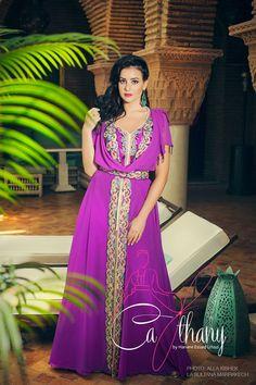 Кафтаны - марокканская традиционная праздничная одежда, однослойное платье из плотной непрозрачной ткани. В этом платье обязательно присутствуют широкие рукава и широкий пояс, который одевается сверху. Kафтан украшен множеством маленьких пуговок ручной работы и красивейшими вышивками из шелка...