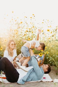 Don't you just love a picnic in the summer? This session give me major nostalgic summer vibes and I love it! I've been dying to organise a Sunflower Field session on the Gold Coast ! Family Picture Poses, Family Picture Outfits, Family Posing, Family Portraits, Family Photo Sessions, Cute Family, Family Goals, Family Life, Summer Family Pictures